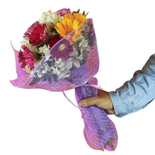 Hombre regalando ramo de gerberas flores