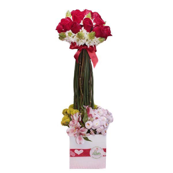 Arreglo de Rosas doce rosas atadas